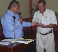 El Alcalde Edy Acosta entrega una placa de homenaje al Comandante de Bomberos Roberto Nuñez