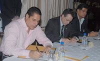 El Ministro de Soptravi Miguel Pastor al momento de firmar el convenio de proteccion del Colibri Esmeralda en Olanchito