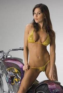 nena sexy en bikini sobre moto