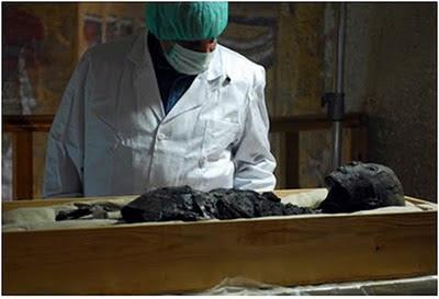 zahi hawas_chefe arqueologia egípcia_examina a múmia de tutankamon