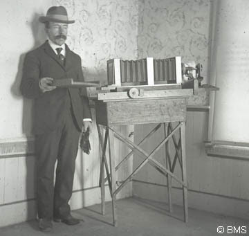foto wilson a bentley e sua máquina fotográfica_ primeira pessoa a fotografar um cristal de neve