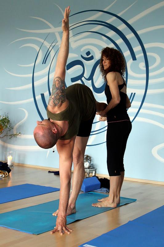 Anusara Yoga mit Desiree Rumbaugh Ardha Chandrasana
