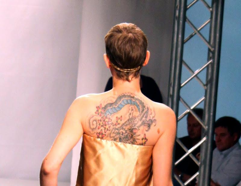 Model mit Rückentattoo Drache