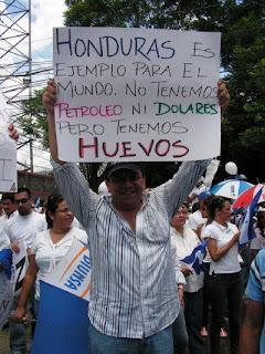 Daniel viola la Constitución, listo a reelegirse. A comprar huevos catrachos Honduras+HUEVOS
