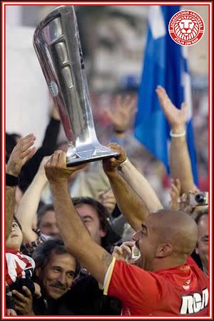 Verón levantando la Copa