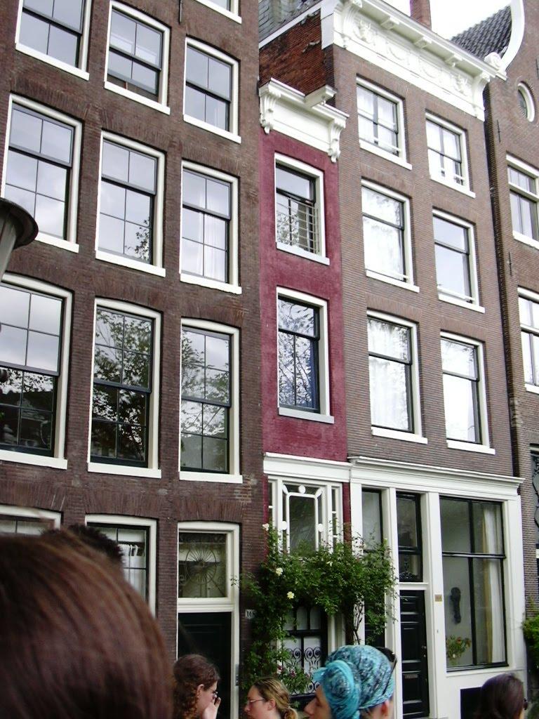 luminous la plus petite maison d 39 amsterdam. Black Bedroom Furniture Sets. Home Design Ideas