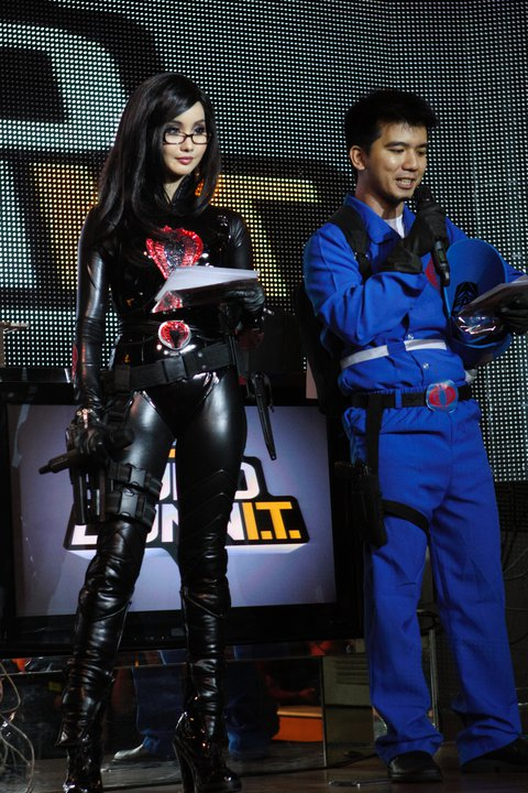 Cosplayer Alodia Gosiengfiao with her newly improved cobra! Yaiks!