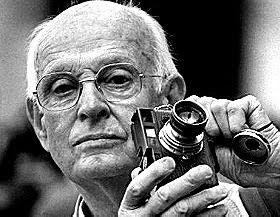 Анрі Картьє-Брессон зі своїм фотоапаратом Leica