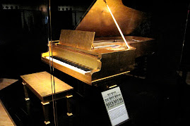 Elvis&#39; Gold Piano