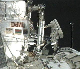 Imagen de un astronauta ruso durante la caminata espacial