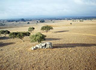 Una de las 177 antas, una forma distintiva de sepulcro megalítico. Las orientaciones de los 177 monumentos corresponden casi exactamente a las posibles posiciones de salida del Sol