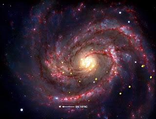 Imagen en color compuesto que muestra una supernova en la galaxia M100