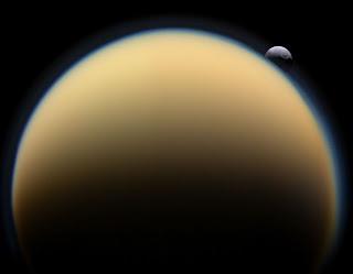 Fotografía de las lunas de Saturno: Titán y Tetis, tomada por la nave espacial Cassini.
