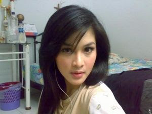 Sandra Dewi Hot pose