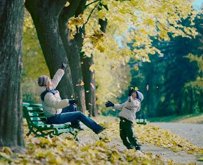 Красно желтые дни. Осень. Парк осенью. Дети минут в парке