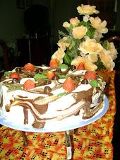 Bolo com morangos, recheio de baba de moça e ganache de chocolate