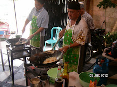 Mereka ini sedang menikmati memasak gaya koki !