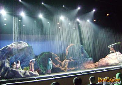 Hujan turun di panggung laskar pelangi-dasyat Tim Artistiknya ^_^
