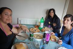 Olha uma almoçarada de amigas.