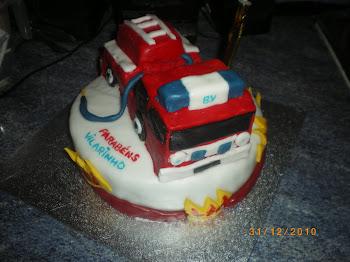 carro de bombeiros em bolo.