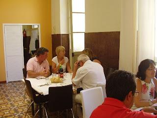 Almuerzo en el centro cívico en la excusión organizada por la asociacion vya de marina de casares al museo de málaga con motivo de la exposición de Rodin