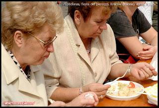Estas señoras comen pieroggi