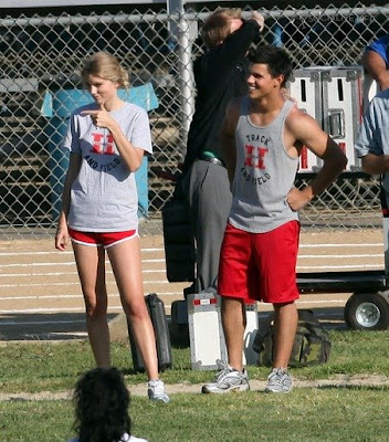 Taylor Lautner and Taylor Swift kissing on set