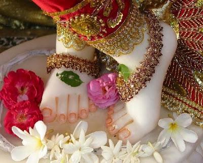 http://2.bp.blogspot.com/_gHWqMVee-Ms/RjhuWm7tomI/AAAAAAAAACI/wX2AS4cKRJo/s400/Krishna_LotusFeet.jpg