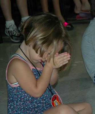 http://2.bp.blogspot.com/_gMB_tNnnWkU/SaQVUIEPyuI/AAAAAAAAVTA/BUnJHcSltkw/s400/child-pray-in-churchclipartscatolicos.com.jpg