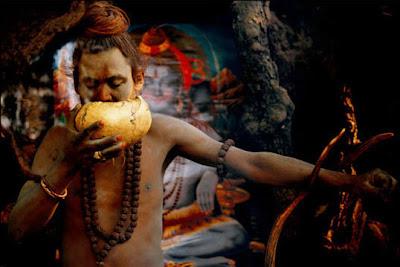 Ritual Memakan Mayat Sekte Tepian Gangga