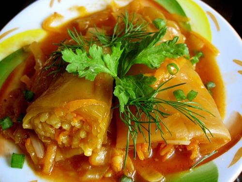 Голубцы с рисово-ореховой начинкой в пароварке