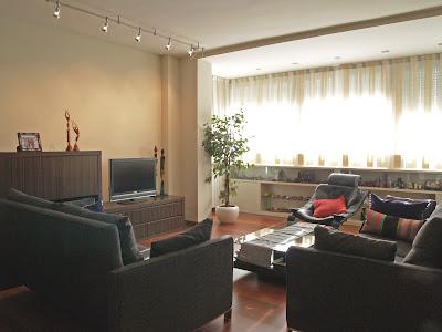 De que color pintaríais las paredes de este salón?? los muebles son ...
