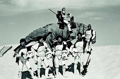 [stormtroopers-in-desert.jpg]