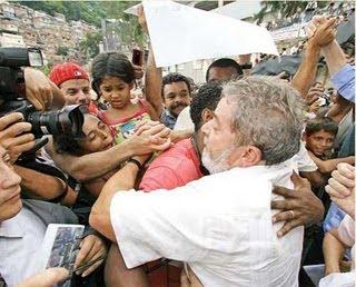 http://2.bp.blogspot.com/_gVjmrNm31tg/TE2PAom01mI/AAAAAAAAJKc/jFY2SKkL3ac/s320/Lula+na+favela.jpg