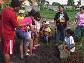 Contohnya  fungsi pohon adalah menjaga tanah supaya tidak longsor df1ade9417