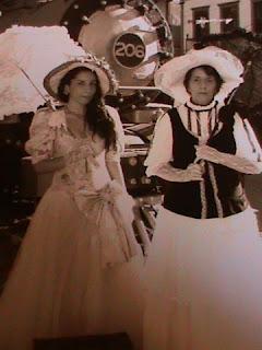 Moças vestidas com roupa de época