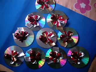 Imagem 27.11.07+006 Árvore de natal feita com Cds passo a passo para crianças