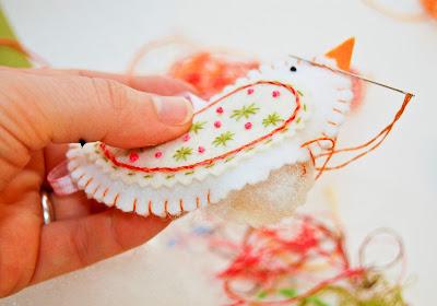 Шьем елочные игрушки из фетра сами: http://s30893898787.mirtesen.ru/blog/43966258034/shem-elochnyie-igrushki-iz-fetra-sami