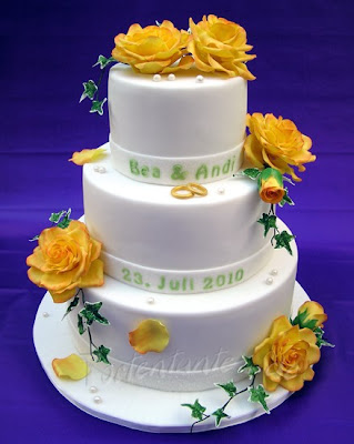Hochzeitstorte mit gelben Rosen