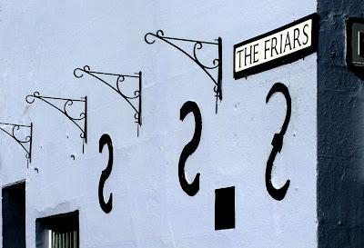 kunst ligt op straat of hangt aan de muur.