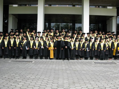 http://2.bp.blogspot.com/_gmuxcNN7qIw/SIbIubegr6I/AAAAAAAAADY/MQs8MCFGobk/s400/Malam+Pelepasan+Wisudawan+23+April+2008+yuk.jpg