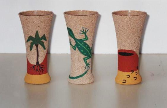 jarrones de cristal pintados sobre arena