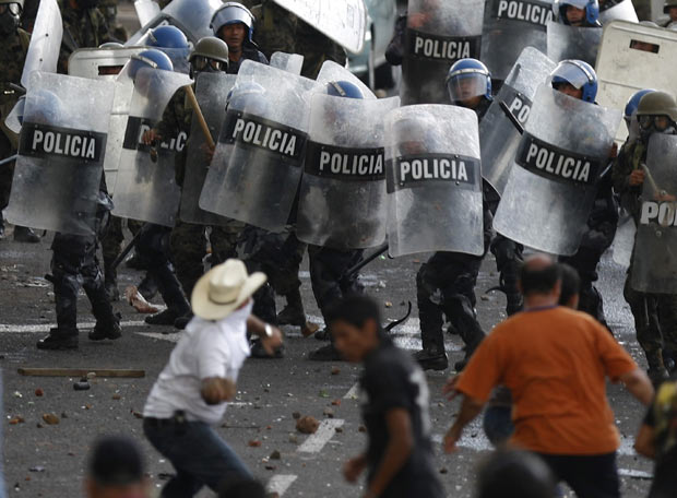 http://2.bp.blogspot.com/_gncWiw0fBPQ/S7zO-qjNaKI/AAAAAAAAANE/15A51DAJLJY/s1600/poblacion-vs-policias.jpg
