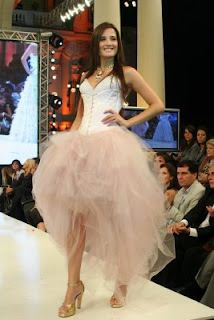 Florencia Torrente modelando con hermoso vestido