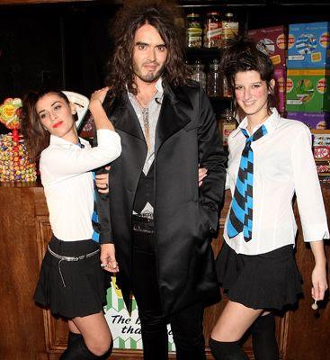 Russell Brand posando con algunas señoritas