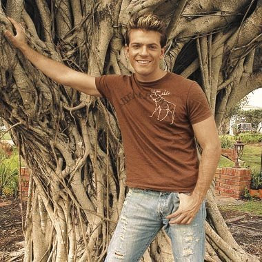 Pablo Azar posando bajo un tremendo árbol
