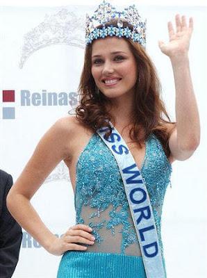 Maju Mantilla saludando como Miss Mundo
