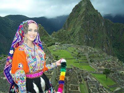Maju Mantilla de ñusca con fondo de Machu Piccchu
