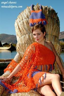 Maju Mantilla posando con ropa tejida a mano