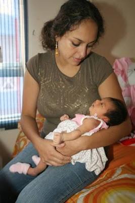 Sara Manrique cargando a su hija de bebé